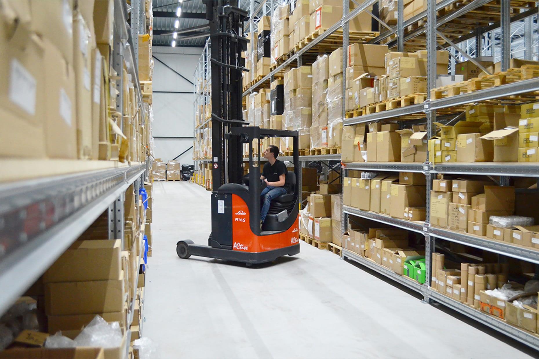Ons magazijn beslaat ruim 2500m2 boordevol winkelverlichting, etalageverlichting en paskamer verlichting